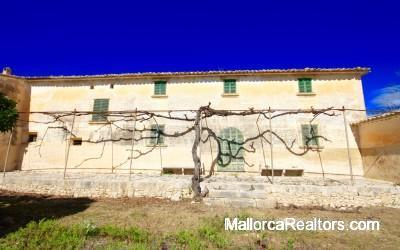 historical country house set in an old vineyard with extensive grounds in Algaida
